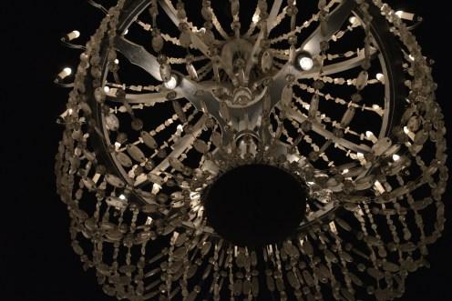 Un chandelier en cristaux de sel