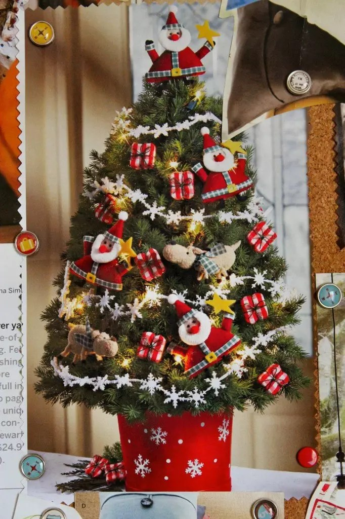 Beddings are one of those cute bedroom decor ideas that you can simply replace, mix, or match. 34 Beautiful Christmas Tree Decorating Ideas - World