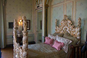 Casa Loma - bed