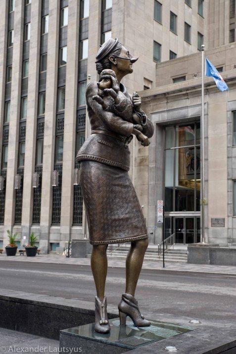 Скульптура Дамы с собачкой возле национального банка