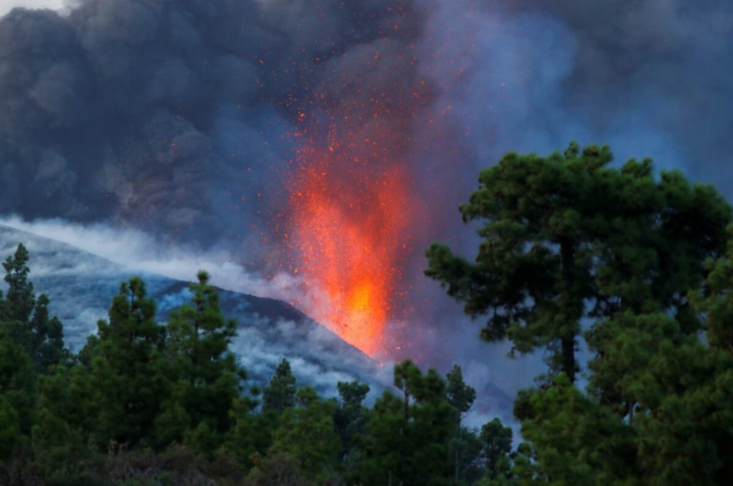 The eruption of La Palma volcano gives stay-home orders for some residents
