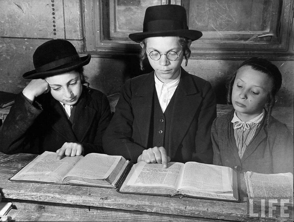 Trẻ em Do Thái học Talmud.