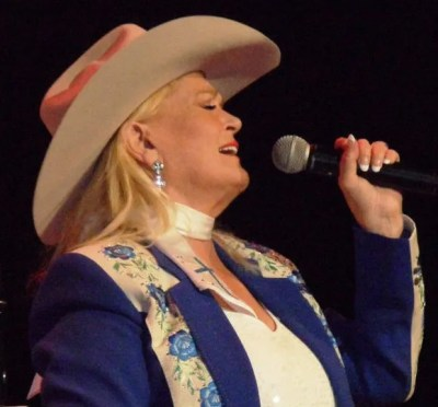 Lynn_Anderson_on_stage_April_2011