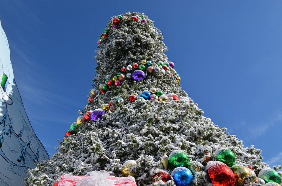 universal studios hollywood 2016 grinchmas details - When Does Universal Studios Hollywood Decorate For Christmas