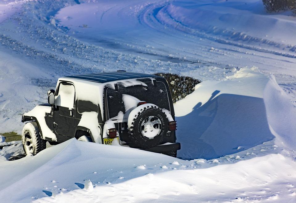 Met de wagen vast in de sneeuw… dit neem je best mee