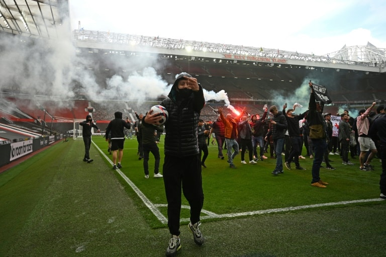 Man Utd fans storm Old Trafford, Arsenal cruise at Newcastle - World Soccer Talk