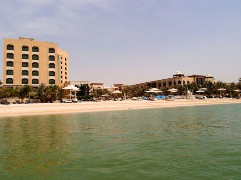 Blick vom Wasser auf das Traders Qaryat Al Beri links und die Residenzen rechts