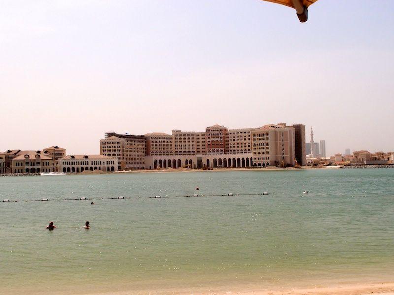 Blick vom Strand des Traders Qaryat Al Beri auf die gegenüberliegende Seite des Creeks mit dem neuerbauten Westin Hotel