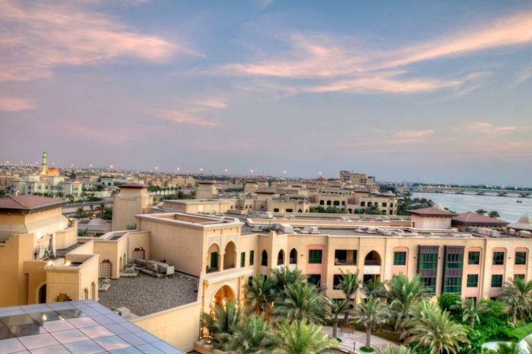 Blick vom Balkon des Zimmers auf Abu Dhabi mit der Mussafah Brücke im Hintergrund