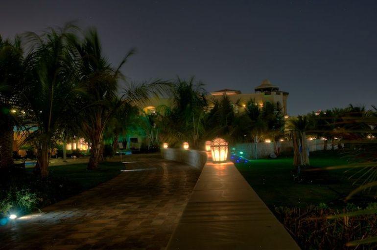 Flaniermeile zwischen Hotelkomplex und Strand bei Nacht