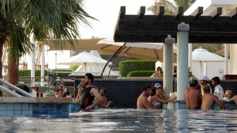 Zeit für einen Cocktail und eine Sisha an der Poolbar
