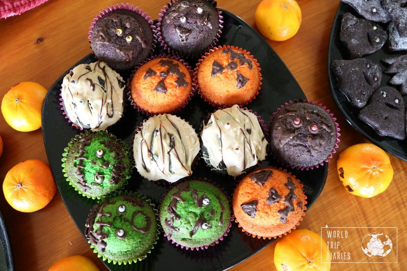 On this specific Halloween, the kids made everything: the cupcakes of the photo, the cookies, the decoration....