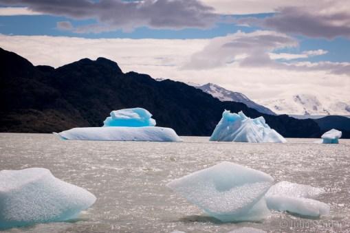 Drifting icebergs in the lake