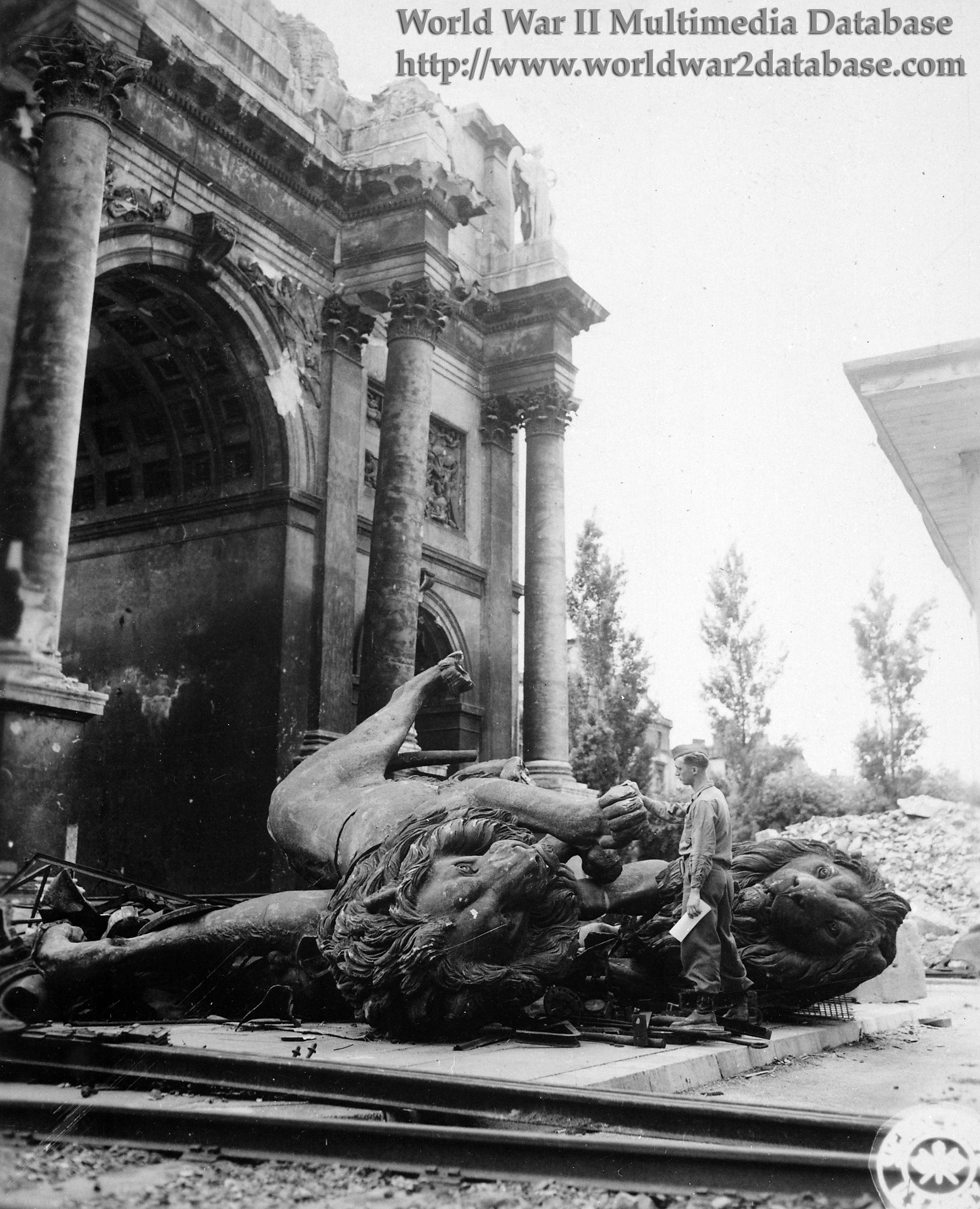 destroyed victory arch