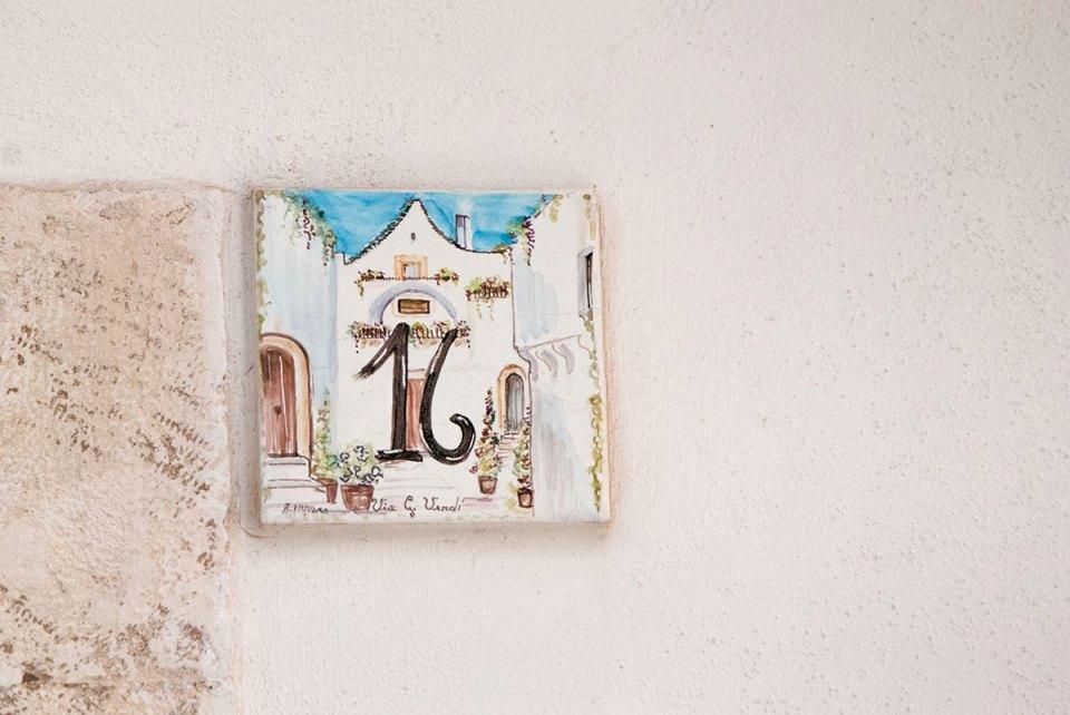 Numer na ścianie domu
