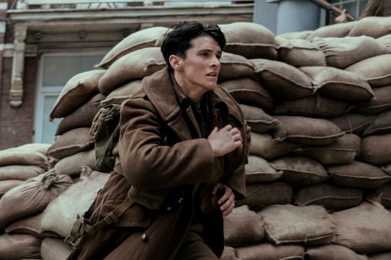 Un Français fuyant les tirs ennemis à Dunkerque (image : allocine.fr)