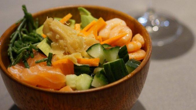sushi bowl met zalm, avocado, komkommer en garnalen