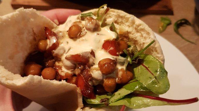 Pita met kikkererwten en harissasaus