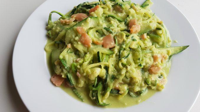 courgetti met gerookte zalm en avocado saus