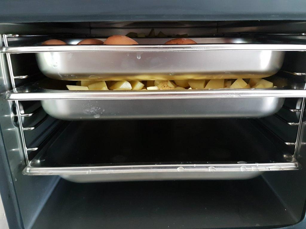 Aardappels en eieren in stoomoven