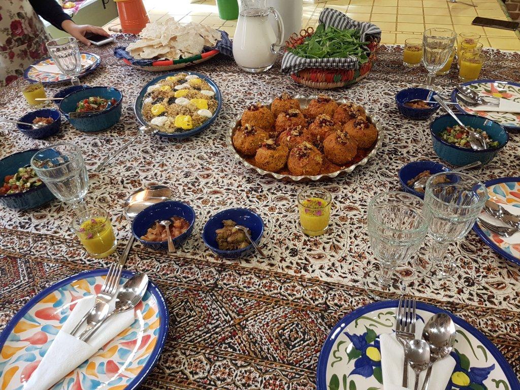 Gevulde tafel met Perzische gerechten na kookworkshop in Teheran