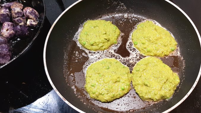 Doperwtenpannenkoekjes in de pan uit Sabor Sabor kookboek