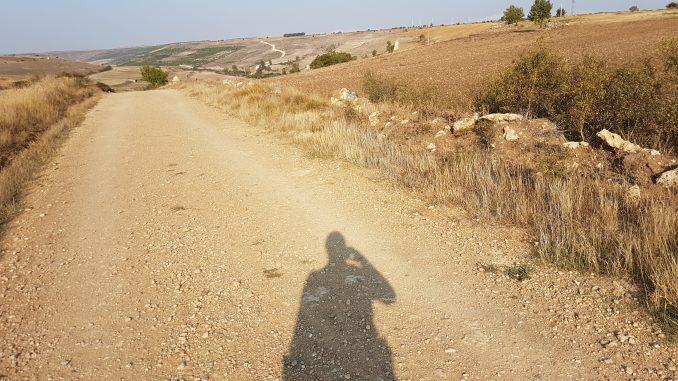 Foto met schaduw op weg pelgrimstocht Camino Frances