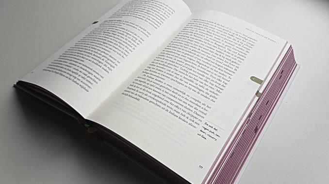 Zijkant wijnrode bladzijden Wijn-Spijs bijbel