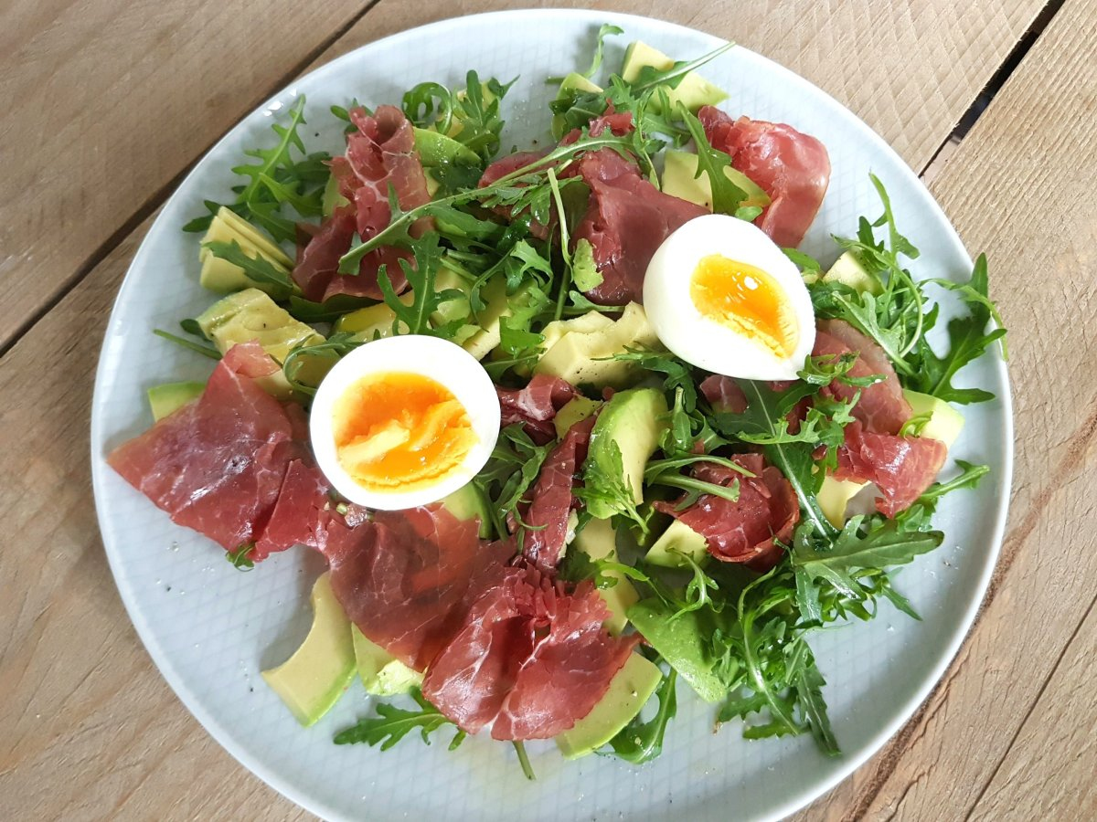 Lunch salade: Avocado met rookvlees & ei