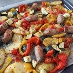 Ovenschotel met braadworst en groenten net uit de oven