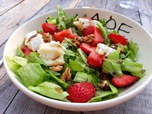 Salade met aardbeien, boerenbrie en walnoten