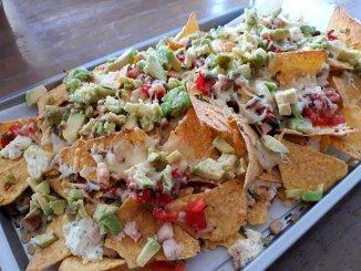 nachos met gerookte kip, avocado en kruidenroomkaas