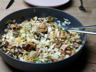 Aardpeersalade met witlof, geroosterde kip en truffelmayonaise in schaal
