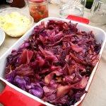Gerookte rode kool van de BBQ met boter