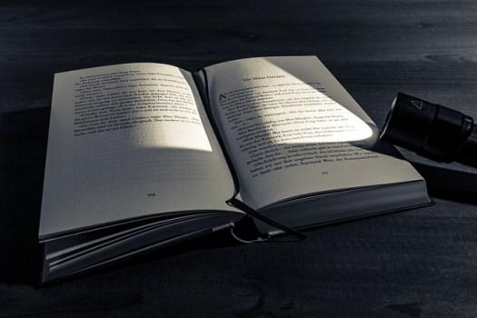 Buch Taschenlampe dunkel