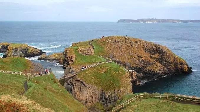 Brücke zu Carrick-A-Rede Insel in Nordirland
