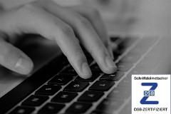 Schriftdolmetscher Hand tippt auf Tastatur; Zertifikat Deutscher Schwerhörigenbund