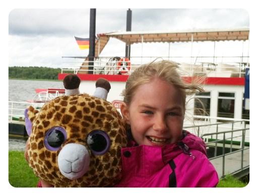 Arendse foran hjuldamperen 'Queen Arendsee' ved søen og byen 'Arendsee'