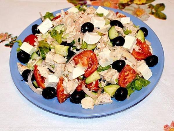 Салат с маслинами, огурцами, курицей, сыром и помидорами ...