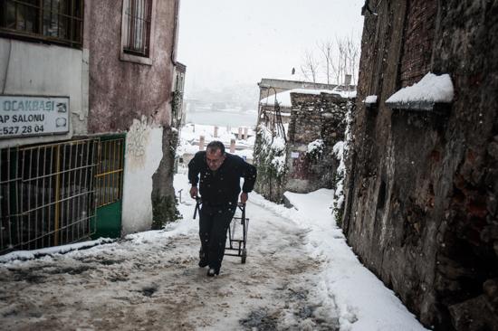 Istanbul, uomo cammina nella neve a Sultanahmet