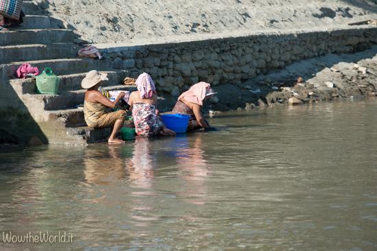 Donne si lavano nell'Irrawaddy a Katha, Birmania