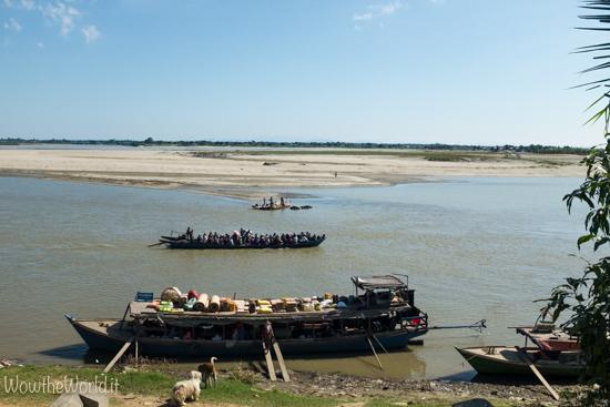 Imbarcazioni sul fiume Irrawaddy, di fronte a Katha, Birmania.