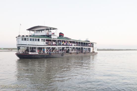 """La barca governativa """"lenta"""" che da Katha scende fino a Mandalay, lungo l'Irrawaddy."""