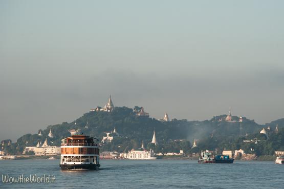 Navigare sul fiume Irrawaddy verso la collina del regno di Sagaing  Photo © Giorgiana Scianca, Wowtheoworld