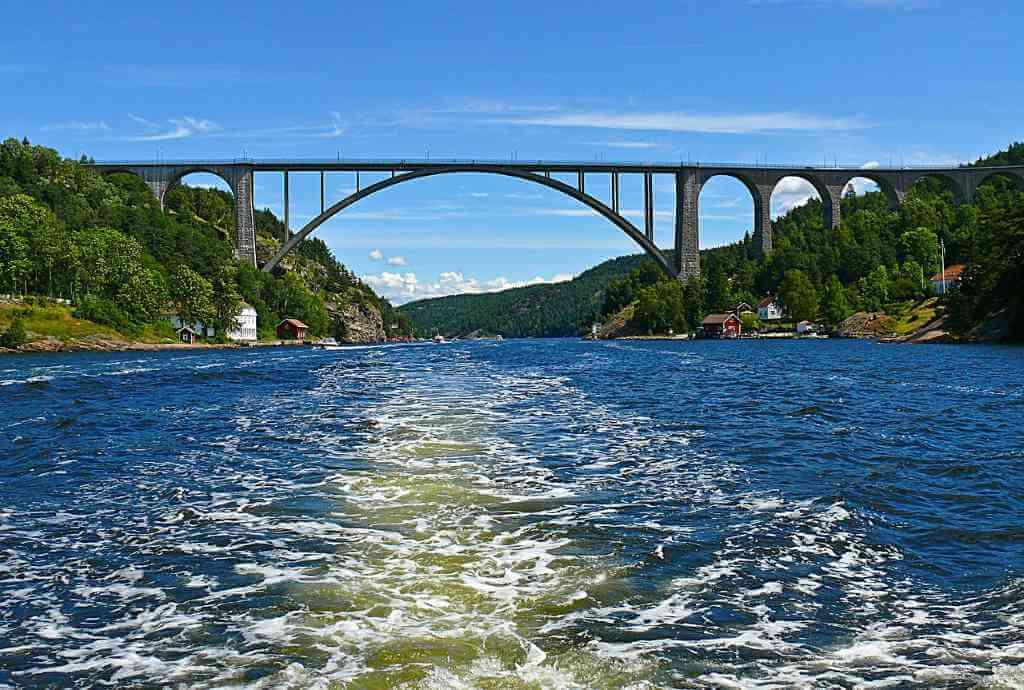 Old Svinesund Bridge, (Norway-Sweden) -by RainerPrang/Pixabay.com