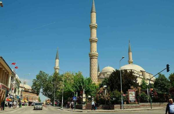 Uc Serefeli Mosque -by CeeGee/Wikimedia.org