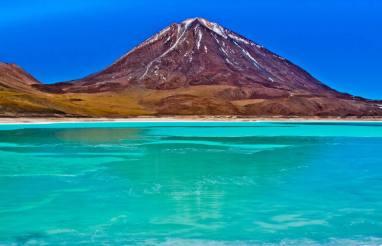 Laguna Verde -by Pedro Szekely/Wikimedia.org