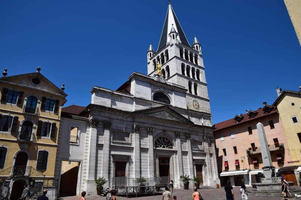 Eglise de Notre Dame de Liesse -by Hugh Llewelyn/Flickr.com