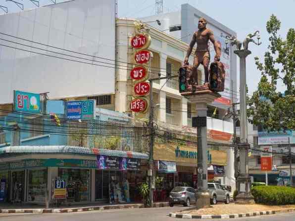 Traffic lights in Krabi Town, Thailand -by Maksym Kozlenko/Wikimedia commons
