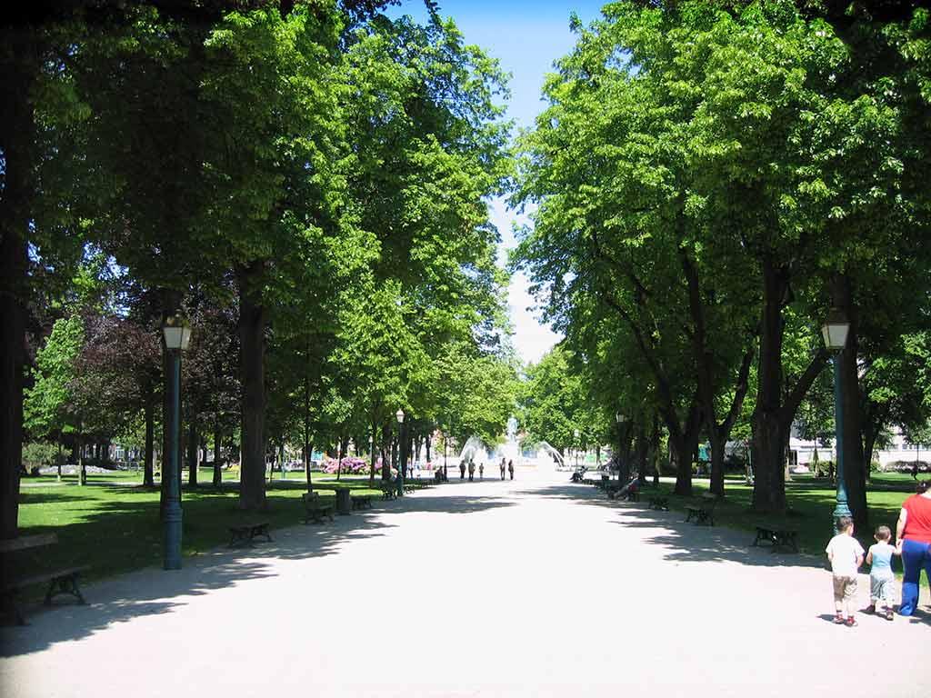 Parc du Champ de Mars by Sanseiya/Wikipedia.org
